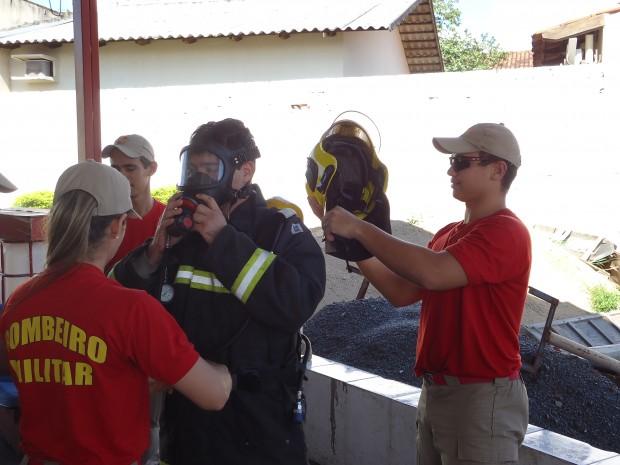 Bombeiros do 8º BBM participam de instrução sobre Equipamento de Proteção  Individual 92848d64c0