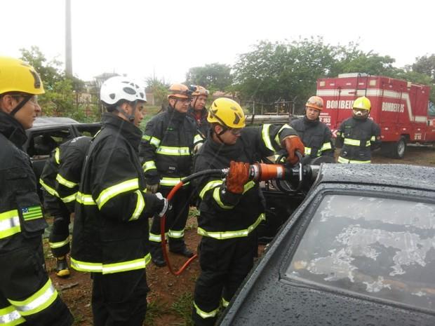 Corpo de Bombeiros de Luziânia ministra instrução de salvamento veicular